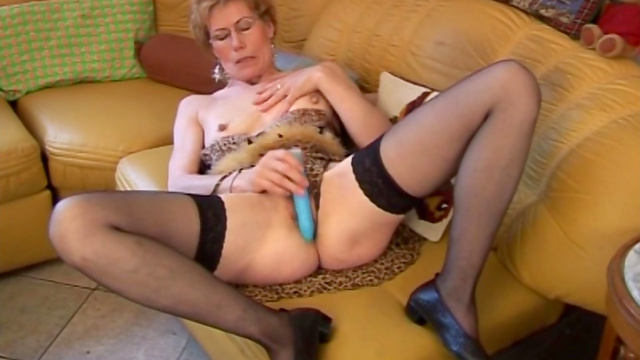 Shorthaired mature fuck her puss sere dildo